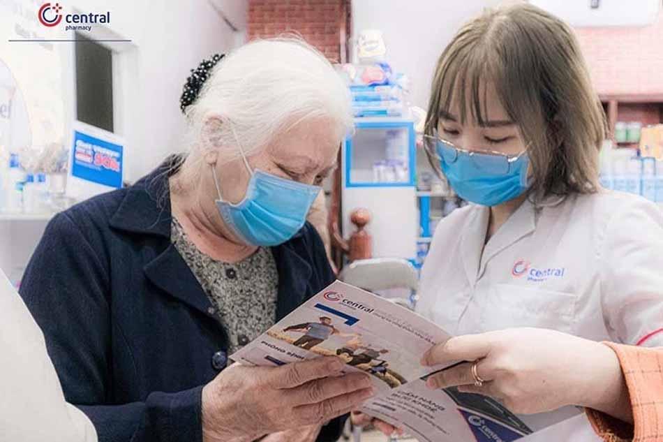 Nhân viên Trung Tâm Thuốc Central Pharmacy tư vấn trực tiếp cho khách hàng